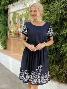 Синее короткое летнее платье с вышивкой и резинкой на талии