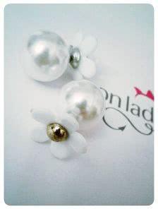 Круглые серьги белого цвета с цветком