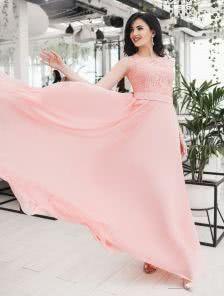 Вечернее платье с выкатом лодочкой и расклешенной клиньями юбкой