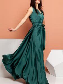 Длинное зеленое платье с вырезом