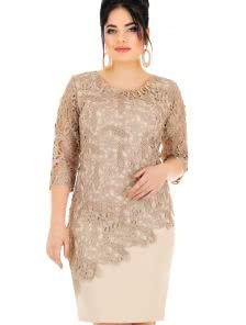 Платье приталенного силуэта с оригинальным декором