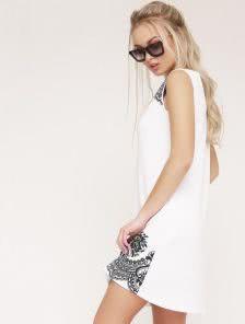 Летнее приталенное платье белого цвета к низу немного расклешено
