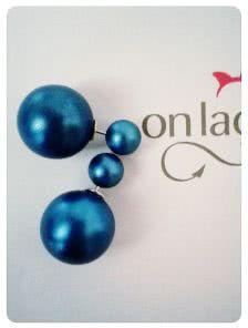 Круглые серьги синего цвета