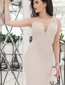 Летнее нежное платье-футляр декорированное гипюром