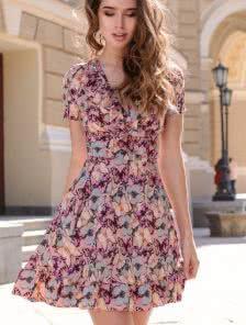 Романтичное розовое платье в бабочки декорированное рюшами