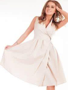 Эффектное платье молочного цвета на запах миди длины