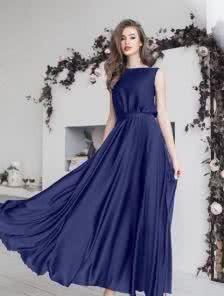 Синее струящееся шелковое платье