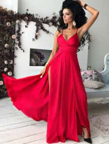 Нарядное платье в пол с открытым декольте в соблазнительном красном цвете