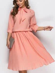 Легкое креп-шифоновое платье с воротником переходящим в бант и юбкой-плиссе