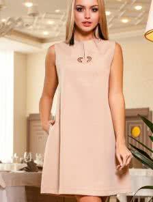 Стильное  платье с красивой фурнитурой и интересным подрезом по центру платья
