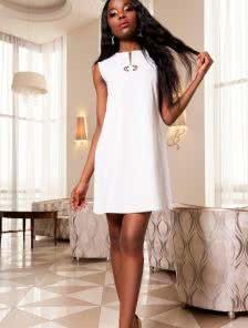 Стильное однотонное  платье с красивой фурнитурой и интересным подрезом по центру платья