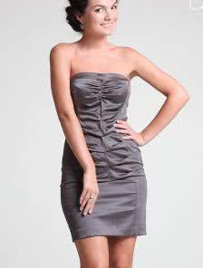 Серое короткое атласное силуэтное платье со сборками