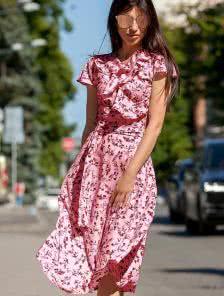 Красивое розовое платье классического силуэта солнце-клеш с запахом