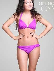 Раздельный купальник фиолетового цвета с кольцами на трусиках