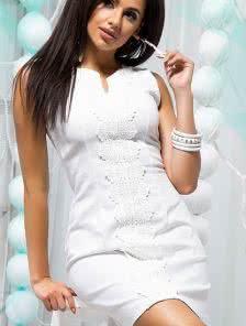 Белое короткое платье по фигуре с кружевным декором