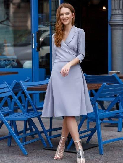 Повседневное платье на запах с рукавами 3/4 в сером цвете, фото 1