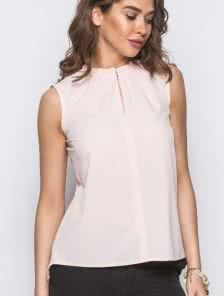Светлая лаконичная блузка из натуральной ткани