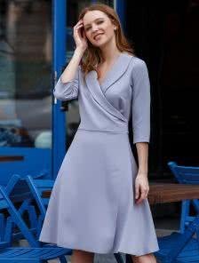 Нежное платье на запах с рукавами 3/4 в сером цвете