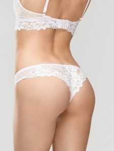 Красивые женские белые трусики бразильяна