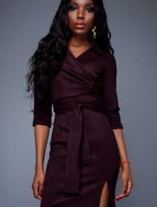 Изысканное замшевое платье облегающего стиля c деликатным разрезом  цвета фуксии