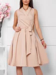 Бежевое платье на запах миди длины без рукавов