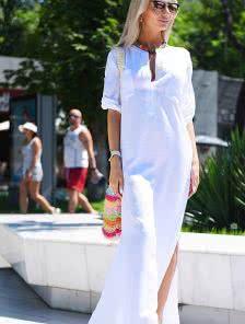 Белое платье из льна на море