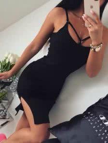 Черное силуэтное платье с декорированным декольте и вырезами