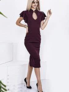 Облегающее бордовое платье с вырезом на груди
