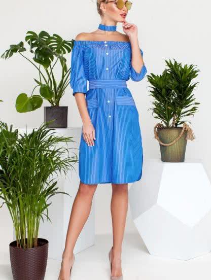 Короткое платье в широкую полоску с открытыми плечами, фото 1