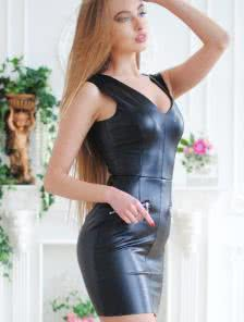 Черное короткое кожаное платье на вечеринку