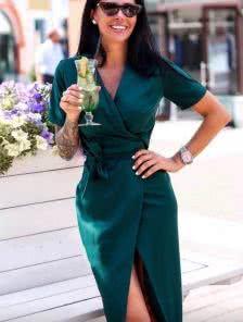 Зеленое платье на запах с коротким рукавчиком