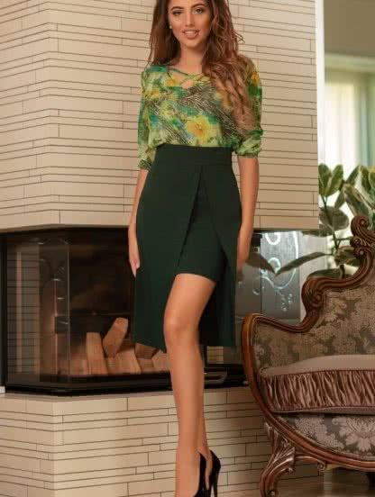 Модная зеленая юбка с имитацией короткой юбки под низом