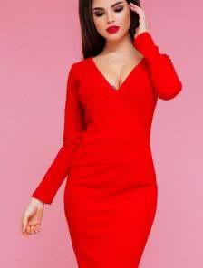 Красное платье-футляр с глубоким декольте и имитацией запаха