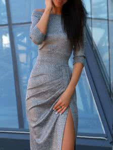 Серое платье из мерцающей ткани с приспущеными плечами