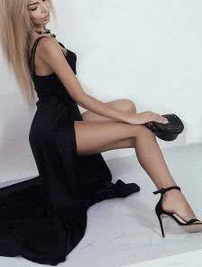 Черное вечернее платье в пол с глубоким декольте