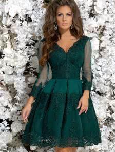 Зеленое коктейльное гипюровое платье с кружевом и прозрачным рукавчиком