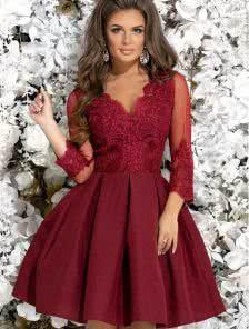 Бордовое короткое коктейльное платье с кружевным рукавом