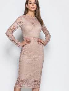 Бежевое приталенное платье с поясом