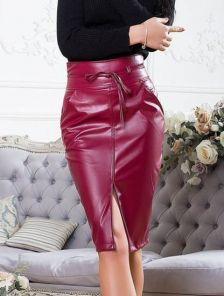 Бордовая юбка с эко-кожи и разрезом впереди ,высокой посадки