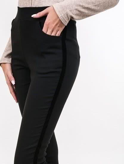 Черные облегающие брюки с бархатными лампасами