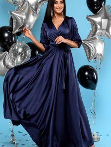 Длинное синее шелковое платье на запах с кружевом на рукавах