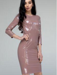 Пудровое виниловое платье с молнией сзади длинны миди