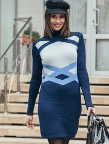 Теплое короткое вязаное платье с узором синего цвета