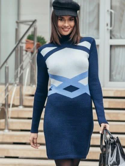 Теплое короткое вязаное платье с узором синего цвета, фото 1