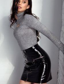 Короткая черная латексная юбка с молнией впереди