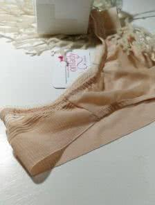 Трусики бразилиана бежевого цвета незаметные под одеждой