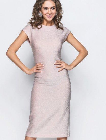 Силуэтное платье без рукава в пудровом цвете с люрексом длины-миди, фото 1