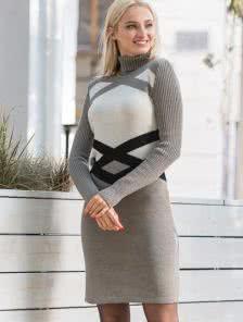 Теплое вязаное платье с оригинальным узором цвета капучино