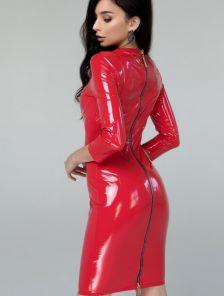 Красное блестящее виниловое платье с молнией на спине