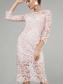 Пудровое кружевное платье-футляр длины миди